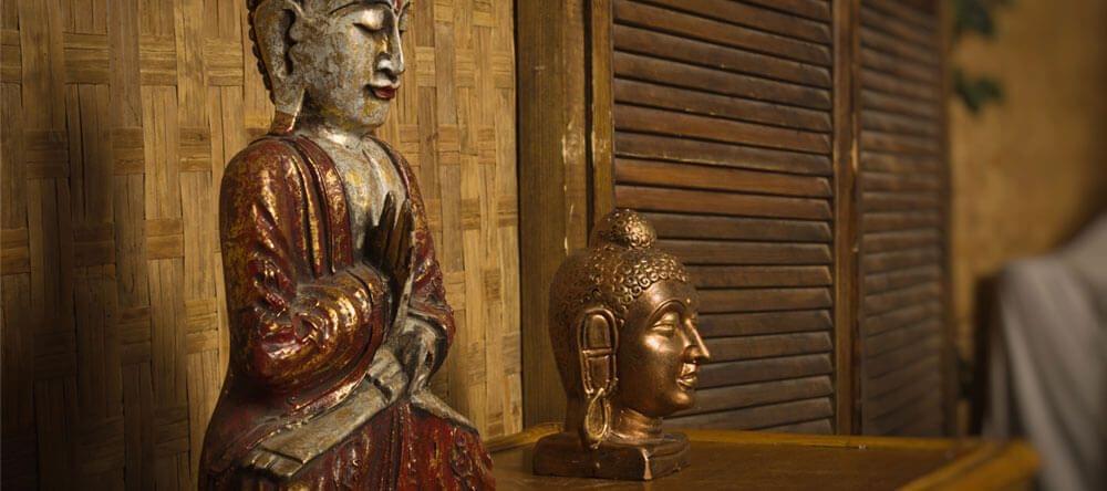 Een kleine Boeddha uit messing maakt de look af en straalt tevens rust en vrede uit