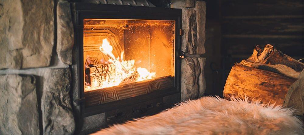 Als je geen haard hebt, kan je gebruik maken van kaarsen en lampen om het goudgele licht van een vuur te compenseren