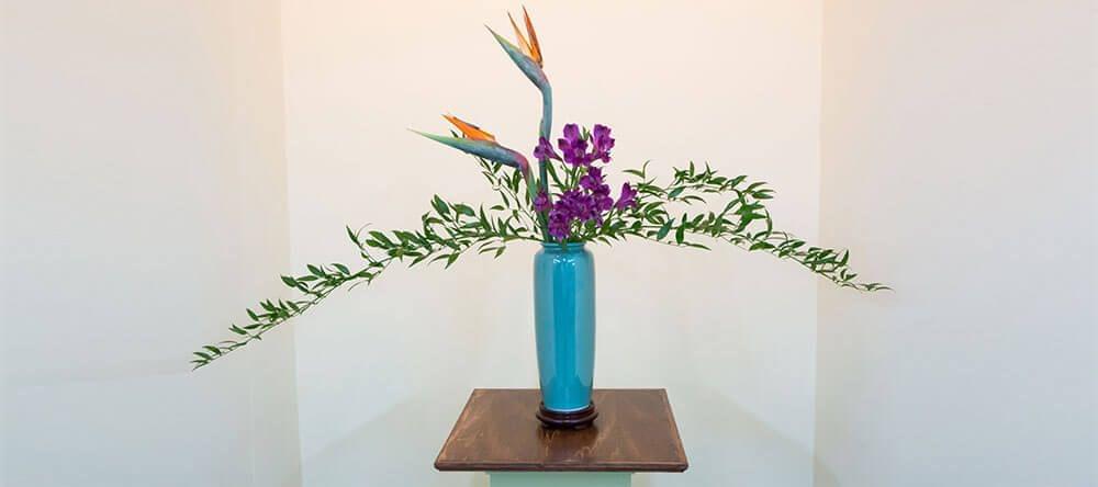 De Japanse bloemschikkunst Ikebana betekent letterlijk 'levende bloemen'