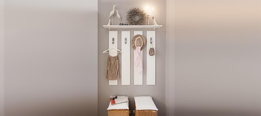Een mooie, open garderobe met opslagruimte en een zitgelegenheid
