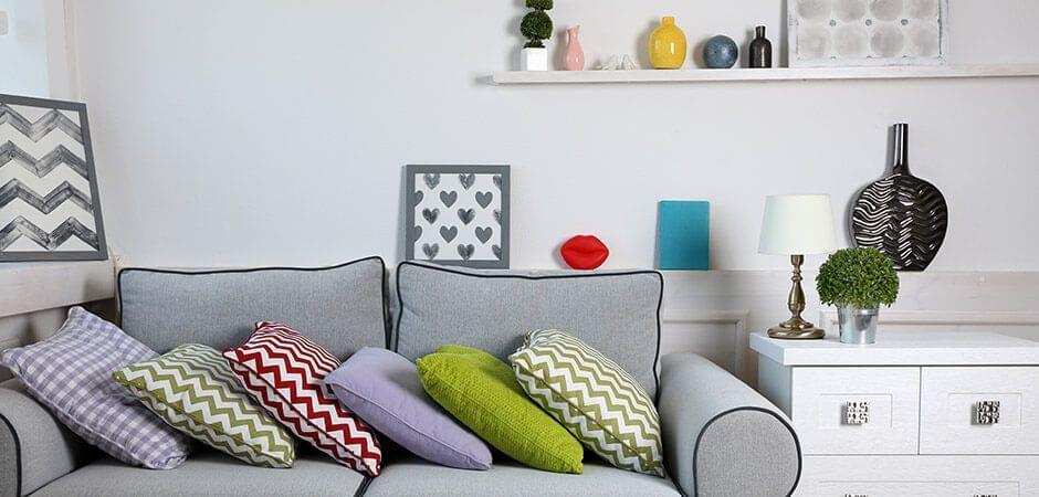 Afbeelding, kussens, vaas en een zigzagpatroon als een rode draad