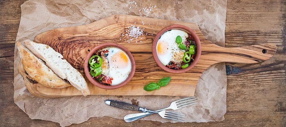 Kommen, kopjes, potten: terracotta is met name trendy op de eettafel