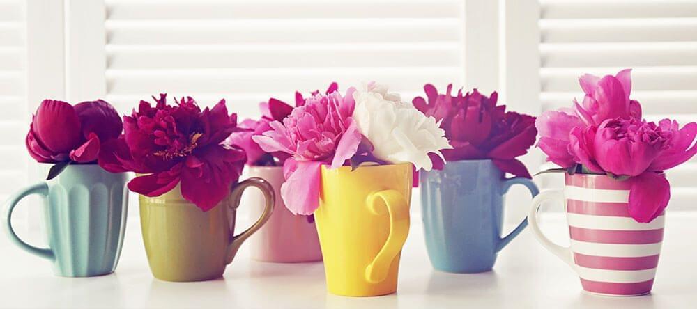 Vazen zijn te saai? Met flessen of kopjes ben je helemaal in