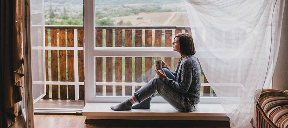 Een houten vloer op het balkon is mooi, maar vraagt meer onderhoud