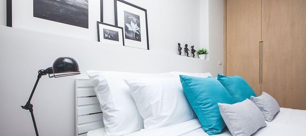 Houten meubels staan niet alleen mooi naast wit en blauw, maar zijn ook goed voor je welzijn