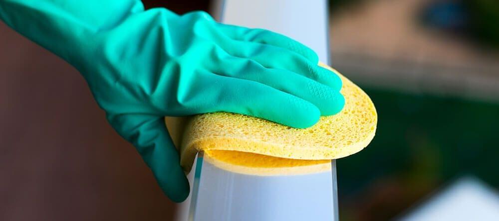Met het juiste poetsmiddel ziet je balkon er snel weer uit als nieuw