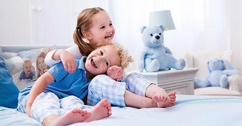 kinderen op bed