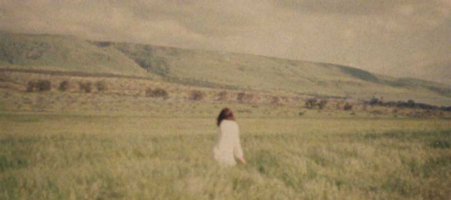 lo-fi-photography-girl-in-a-field