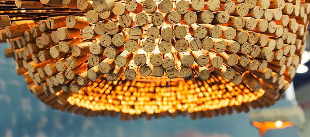 Elegante y moderna: una pantalla de lámpara elaborada con corchos de vino.