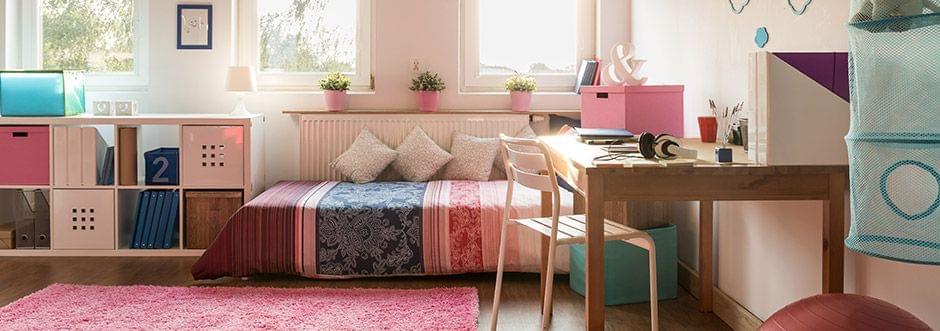 Una habitación con un esquema de color consistente…