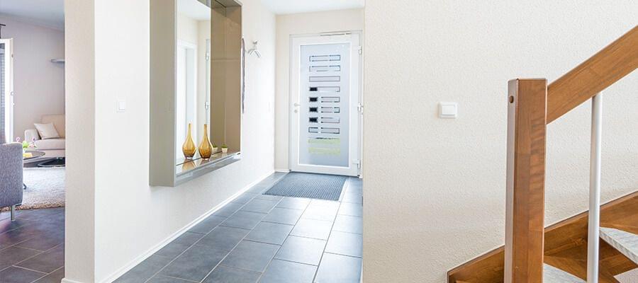 La entrada de una casa ordenada es acogedora – especialmente si está bien decorada.
