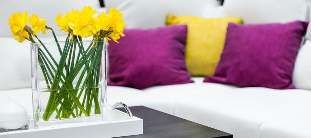La combinación del amarillo con su opuesto cromático, el púrpura, crea energía positiva.