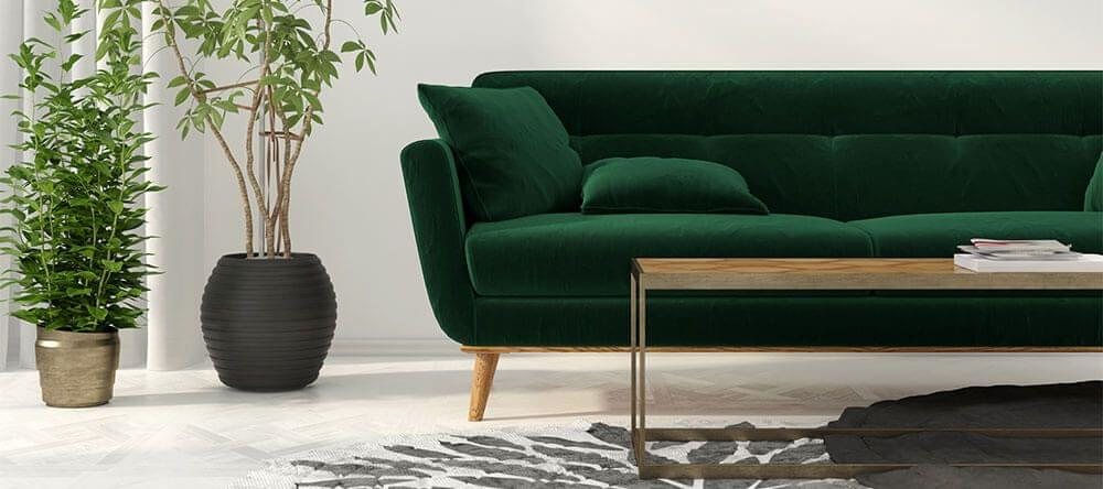Una funda de terciopelo verde oscuro para el sofá combina a la perfección con la madera y el latón.