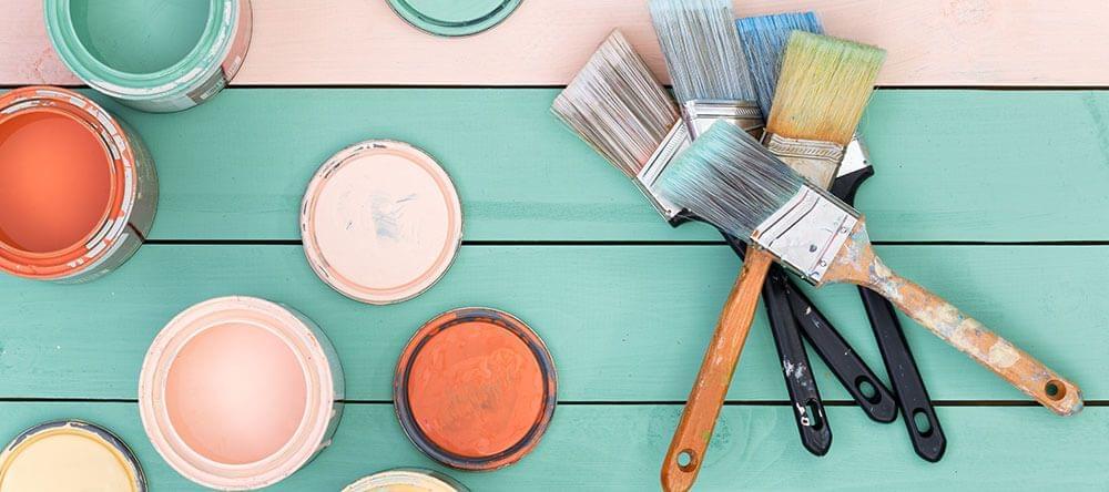 Cambia tu suelo de madera por láminas de madera y llénalo de colores veraniegos