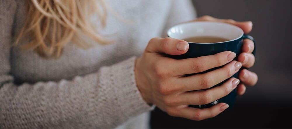 Un té caliente o una vela perfumada pueden ocuparse de los olores agradables y hacer que te sientas aún más cómodo