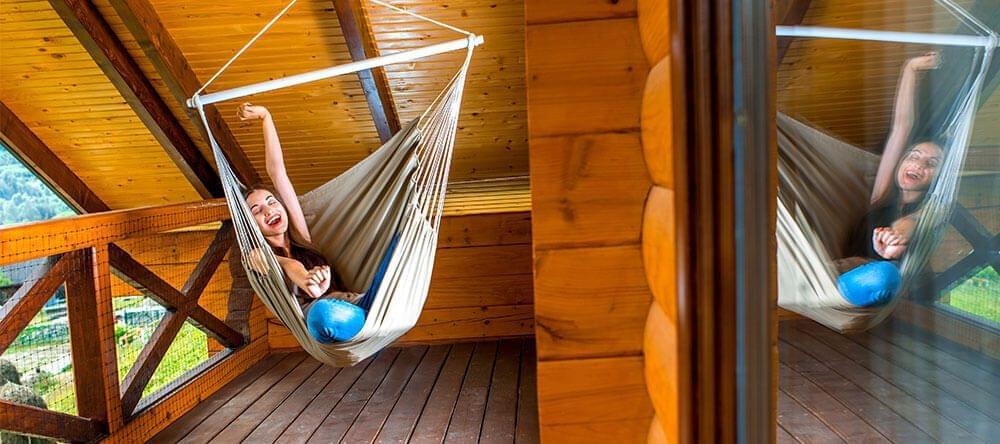 Relájate en tu nuevo columpio de mimbre, un paraíso suspendido en tu propio balcón
