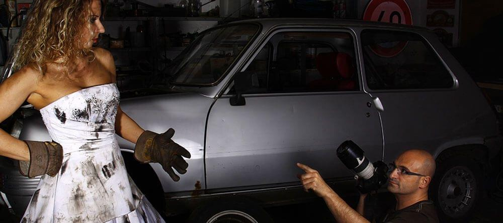 Antes sucia que princesa: fotos arreglando el coche.