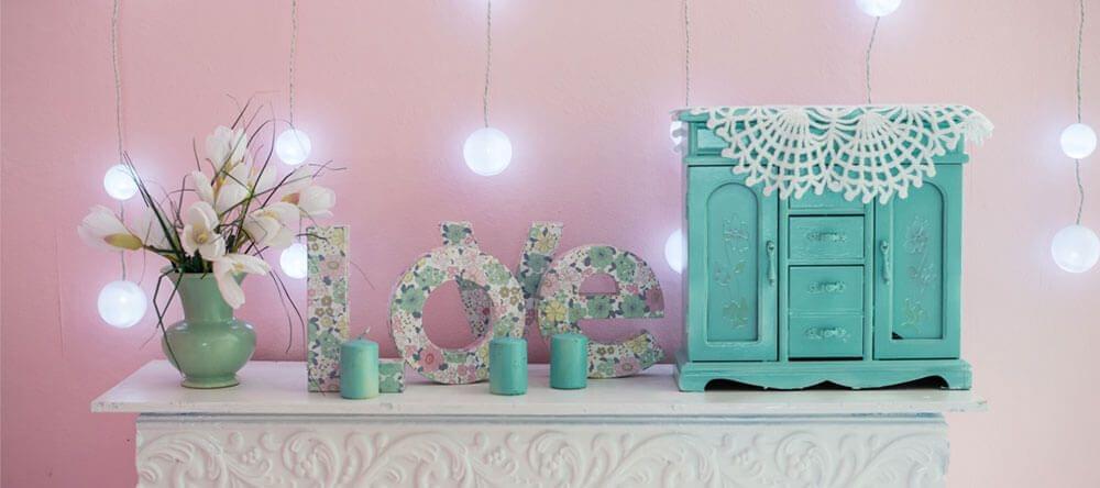 Crear un ambiente veraniego dentro de tu propia casa es algo muy sencillo y poco costosos: los motivos florales serán tus aliados.